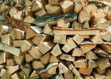 Un pacco di legna da ardere in un'iarda rurale Fotografia Stock Libera da Diritti