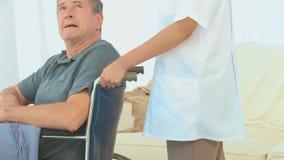 Un paciente en una silla de ruedas almacen de metraje de vídeo
