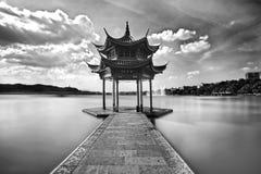 Un padiglione in lago ad ovest a Hangzhou Fotografia Stock