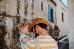 Un padre che tiene un figlio del bambino in città sulla vacanza estiva fotografie stock libere da diritti