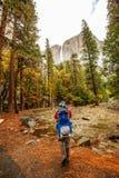 Un padre con il parco nazionale di Yosemite di visita del figlio del bambino in Californa fotografia stock libera da diritti