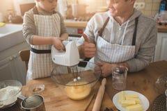 Un padre e la sua cottura del figlio Immagine Stock