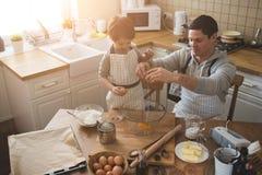 Un padre e la sua cottura del figlio Fotografie Stock