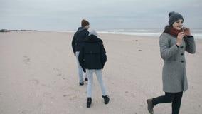 Un padre feliz lleva a su hija adolescente en el suyo detrás almacen de metraje de vídeo