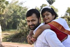 Un padre fiero con sua figlia immagini stock libere da diritti