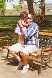 Un padre tiene e bacia il suo bambino fotografia stock libera da diritti