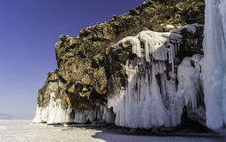 Un paesaggio con le onde congelate sulle rocce, Napoli, blocchi di ghiaccio, sul lago Baikal nell'inverno, Immagini Stock