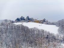 Un paesaggio della montagna con neve Fotografie Stock