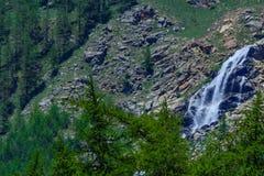 Un paesaggio della montagna di elevata altitudine con una cascata Fotografie Stock Libere da Diritti