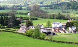 Un paesaggio inglese di estate con un villaggio nella valle Immagine Stock Libera da Diritti
