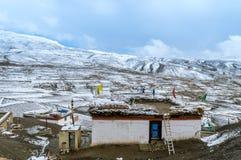 Un paesaggio innevato di casa tradizionale nel villaggio di Langza, valle di Spiti, Himachal Pradesh fotografia stock
