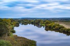 Un paesaggio lungo di esposizione con un fiume Fotografia Stock