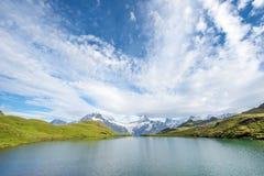 Un paesaggio magico con un lago nelle montagne in Al svizzero Immagini Stock