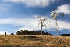 Un paesaggio rurale con il mulino a vento. L'Australia. Immagini Stock Libere da Diritti