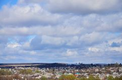 Un paesaggio rurale con molti case private ed alberi verdi Panorama suburbano su un pomeriggio nuvoloso Un posto lontano dalla CI Immagini Stock