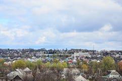 Un paesaggio rurale con molti case private ed alberi verdi Panorama suburbano su un pomeriggio nuvoloso Un posto lontano dalla CI Immagine Stock