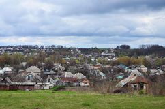 Un paesaggio rurale con molti case private ed alberi verdi Panorama suburbano su un pomeriggio nuvoloso Un posto lontano dalla CI Fotografia Stock
