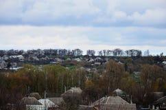 Un paesaggio rurale con molti case private ed alberi verdi Panorama suburbano su un pomeriggio nuvoloso Un posto lontano dalla CI Immagini Stock Libere da Diritti