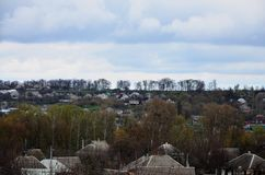 Un paesaggio rurale con molti case private ed alberi verdi Panorama suburbano su un pomeriggio nuvoloso Un posto lontano dalla CI Immagine Stock Libera da Diritti