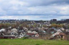 Un paesaggio rurale con molti case private ed alberi verdi Panorama suburbano su un pomeriggio nuvoloso Un posto lontano dalla CI Fotografia Stock Libera da Diritti