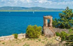 Un paesaggio soleggiato di estate vicino ad Oporto Ercole, in Monte Argentario, nella regione della Toscana di Italia fotografia stock libera da diritti