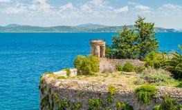 Un paesaggio soleggiato di estate vicino ad Oporto Ercole, in Monte Argentario, nella regione della Toscana di Italia immagine stock