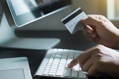Un paiement en ligne haut plus étroit de carte de crédit utilisant le téléphone intelligent pour l'onli image libre de droits