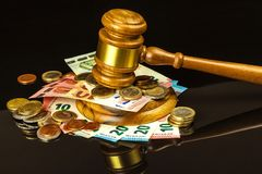 Un paiement illicite devant le tribunal Corruption dans la justice Jugement des billets de banque de marteau et d'euro Jugement p images libres de droits