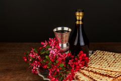 Un pain juif de Matzah avec du vin Concept de vacances de p?que photo libre de droits