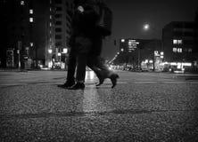 Un paio che attraversa di notte Immagini Stock Libere da Diritti