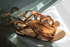 Un paio dei sandali di cuoio marroni moderni su fondo bianco Immagini Stock Libere da Diritti