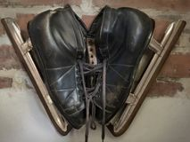 Un paio del nero, i pattini da ghiaccio degli uomini fotografia stock libera da diritti