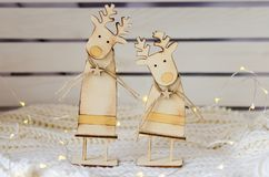 Un paio delle figure di legno divertenti dei cervi Fotografia Stock
