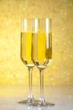 Un paio delle flauto di champagne su fondo astratto dorato Immagini Stock Libere da Diritti