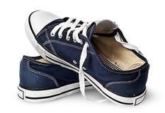 Un paio delle scarpe blu scuro di sport su una un altro Immagini Stock