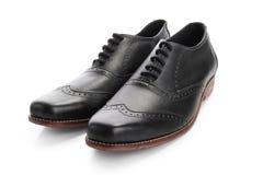 Un paio delle scarpe convenzionali degli uomini, isolato su bianco immagine stock