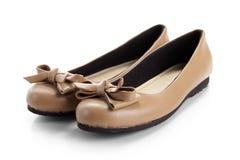 Un paio delle scarpe convenzionali delle donne, isolato su bianco fotografia stock libera da diritti