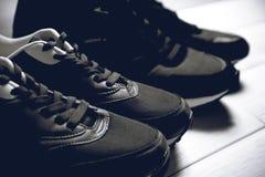 Un paio delle scarpe maschii e femminili Fotografia Stock