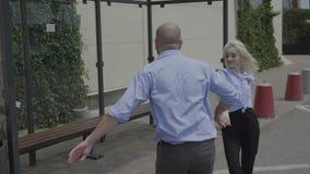 Un paio di giovani coppie di talento di affari che esercitano il latino artistico balla sulla via vicino a divertiresi dell'autos video d archivio