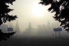 Un paisaje brumoso de la mañana de Petrich Bulgaria foto de archivo