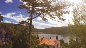 Un paisaje croata mediterráneo agradable con cruzar de los árboles y de las naves de pino almacen de metraje de vídeo