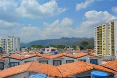 un paisaje de algunas casas vistas del tejado con un cielo azul en el fondo fotos de archivo