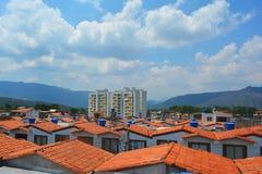 un paisaje de algunas casas vistas del tejado con un cielo azul en el fondo Fotografía de archivo libre de regalías