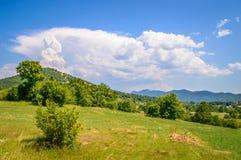 Un paisaje de la montaña de una colina en Velebit y de un pilar de las nubes c Imagen de archivo