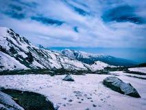Un paisaje de la nieve himalayan en el top de la montaña imágenes de archivo libres de regalías