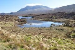 Un paisaje de un pequeño lago con el fondo de la colina Imágenes de archivo libres de regalías