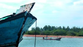 Un paisaje del arasalaru del río con los barcos viejos y nuevos cerca de la playa karaikal foto de archivo