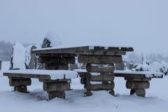 Un paisaje del invierno llenado de nieve y de hielo Un banco cubierto por la nieve y el hielo foto de archivo libre de regalías