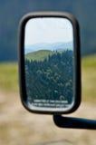 Un paisaje en el espejo de coche Fotos de archivo libres de regalías