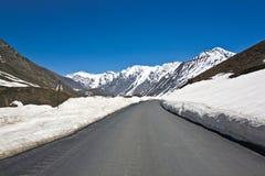 Un paisaje en el paso de Zojila en la altura de 3529 metros, carretera de Leh-Srinagar, Ladakh, la India fotos de archivo